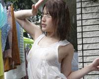 【エロ動画】豪雨でビショ濡れ!まさかお母さんの透け乳首に女を感じるなんて…。