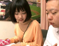 【エロ動画】今まで女として意識していなかった顔見知りの娘がパイスラで急に巨乳が強調されていてウッカリ勃起!