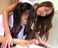 【エロ動画】ロリコン過ぎるレズピアノ講師に媚薬を飲まされ女でしかイケない身体にさせられた○学生