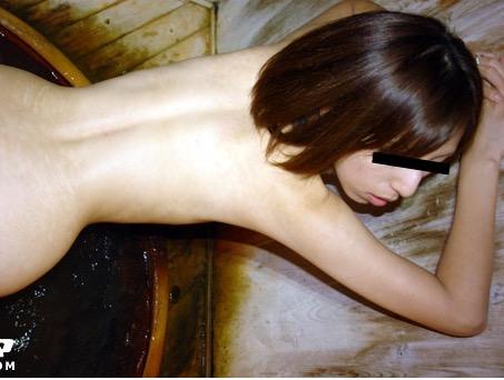 【無修正 人妻 無料】温泉旅行(オフパコw)でどこでもエッチしちゃう淫乱人妻!立ちバックが抜けるっ!天野円香