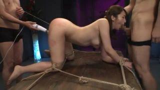 縄で縛られ固定された美女が強制的に喉奥でザーメン搾り取らされるイラマチオでむせる