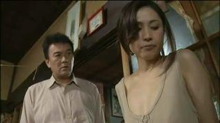 貧乳熟女が乳首を吸われ乱暴にハメられるも感じてしまう昭和エロ