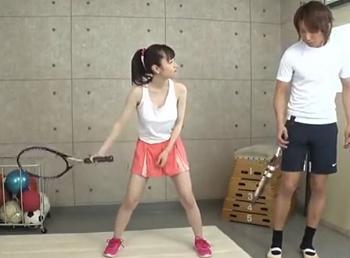 白タンクトップの胸元が無防備でかわいすぎるテニス部員を体育館倉庫に呼び出しH