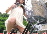 ママチャリ ~透明サドルに密着するつるつるマンコ~ 重森香澄 33歳